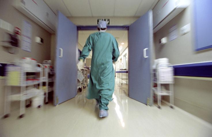 Bambino con otite curato con farmaci omeopatici: è in coma