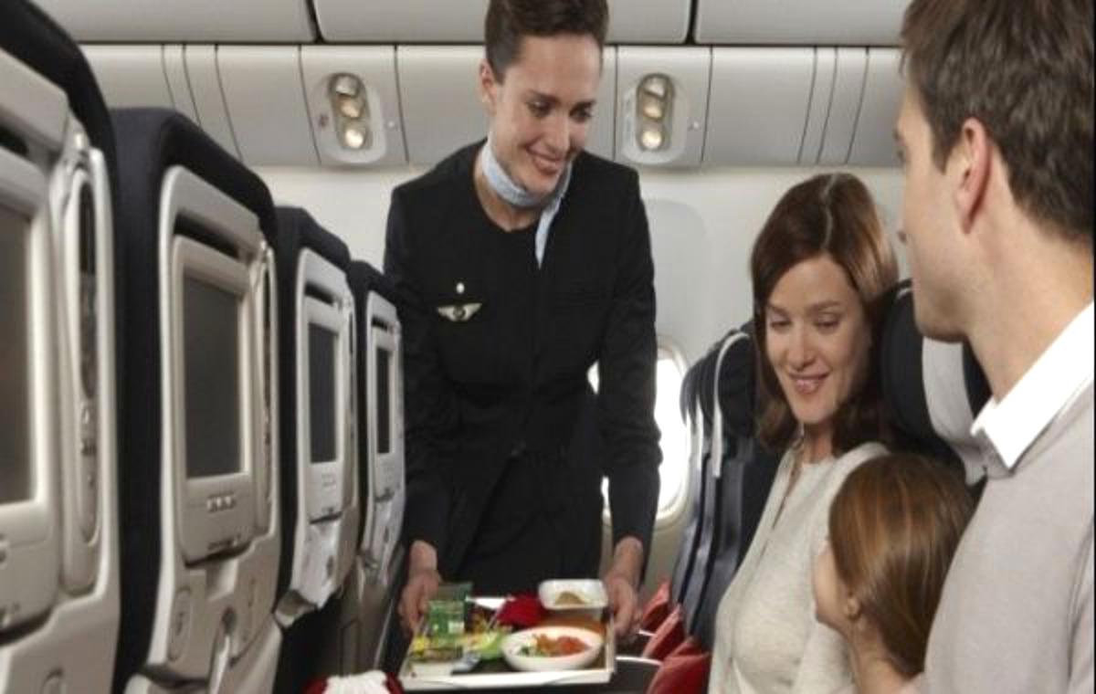 La figlia hostess lavora per Natale: papà prenota 6 voli per starle accanto