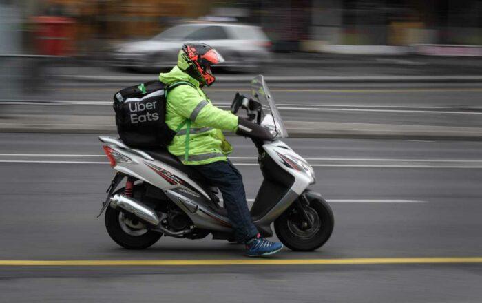 Uber Eats e Just Eat, è guerra a Milano: rissa fra rider e ...
