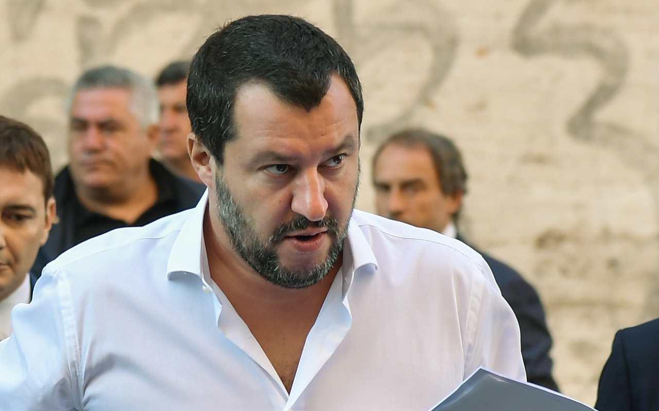 Treno, distanziamento sociale: Salvini nel posto sbagliato