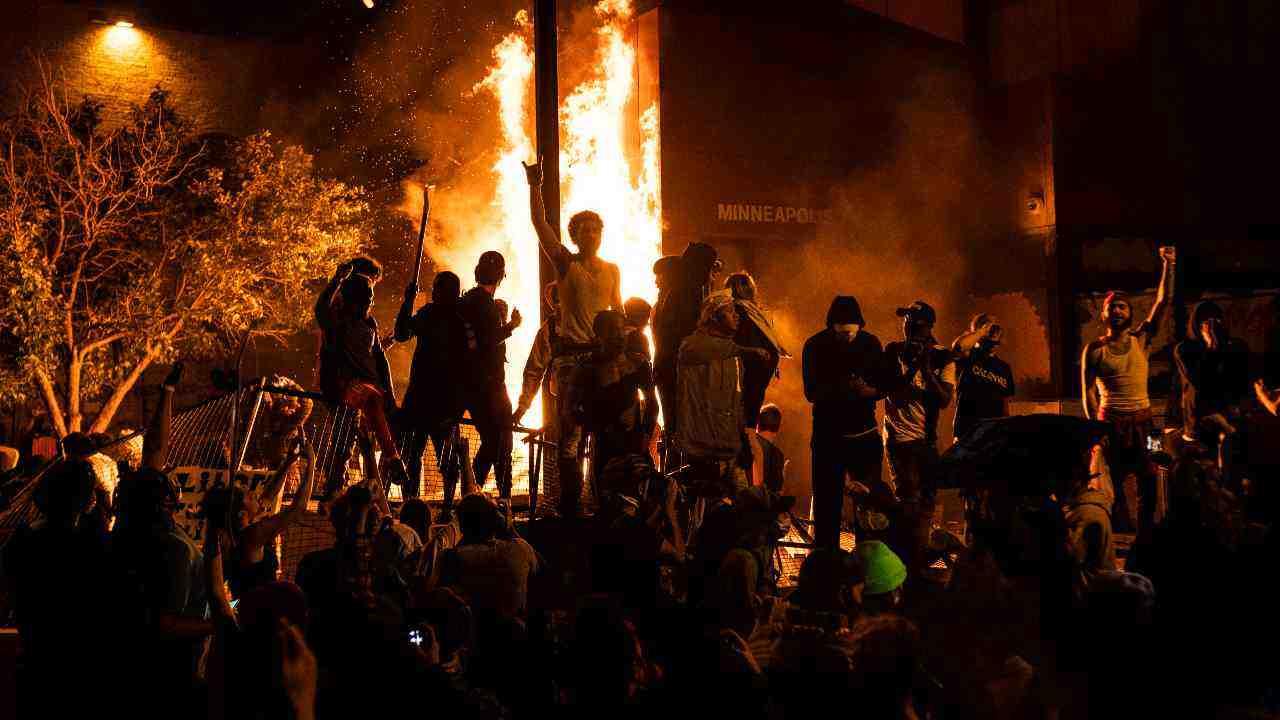 George Floyd, Minneapolis in fiamme: la minaccia di Trump