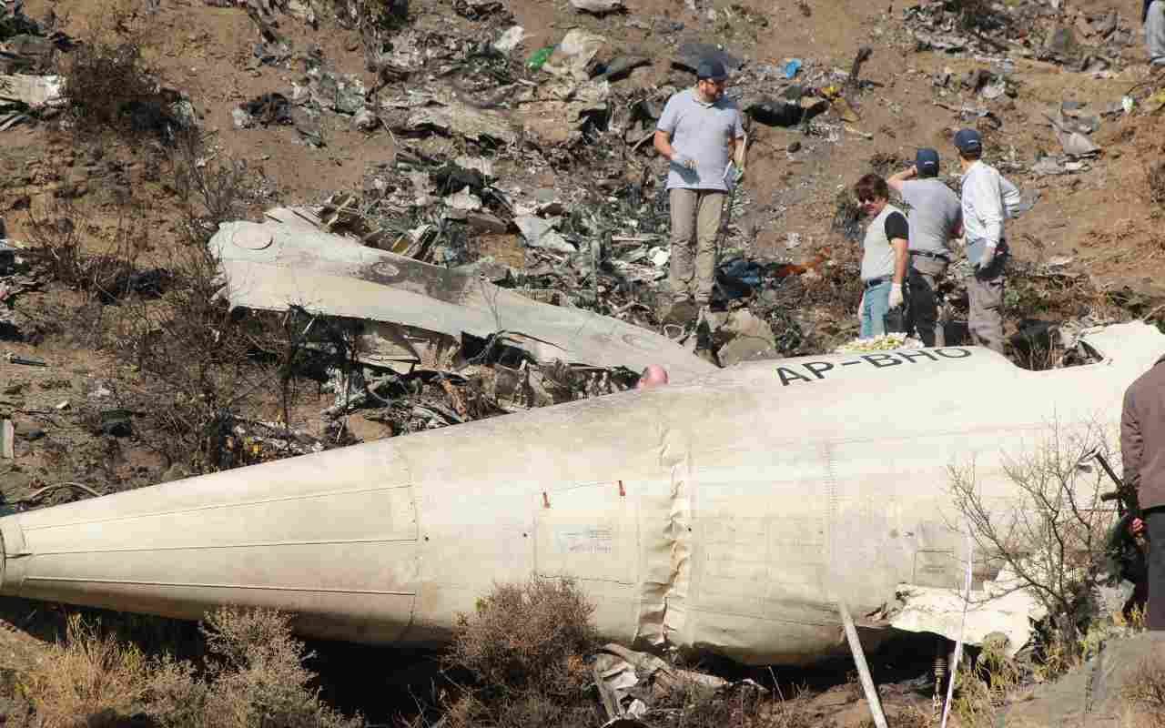 Pakistan, aereo precipita su case a Karachi: si teme una strage – VIDEO