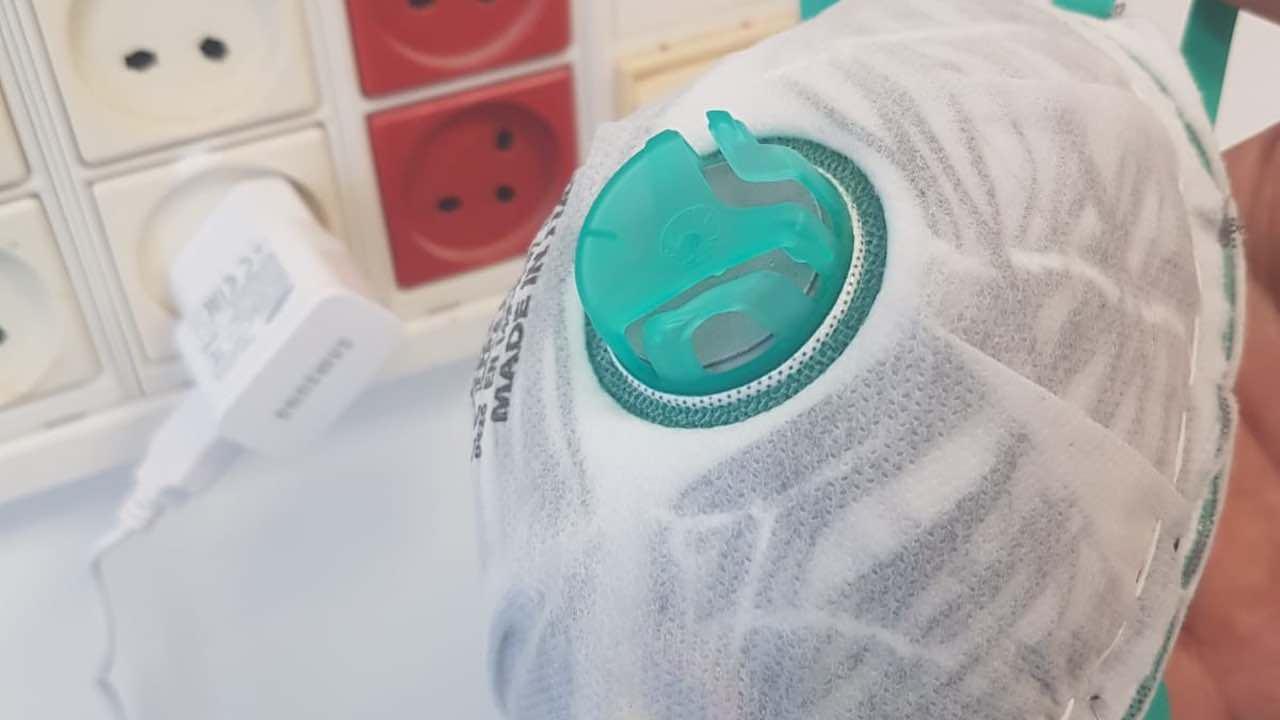 La mascherina auto-igienizzante: basta collegarla a una presa elettrica