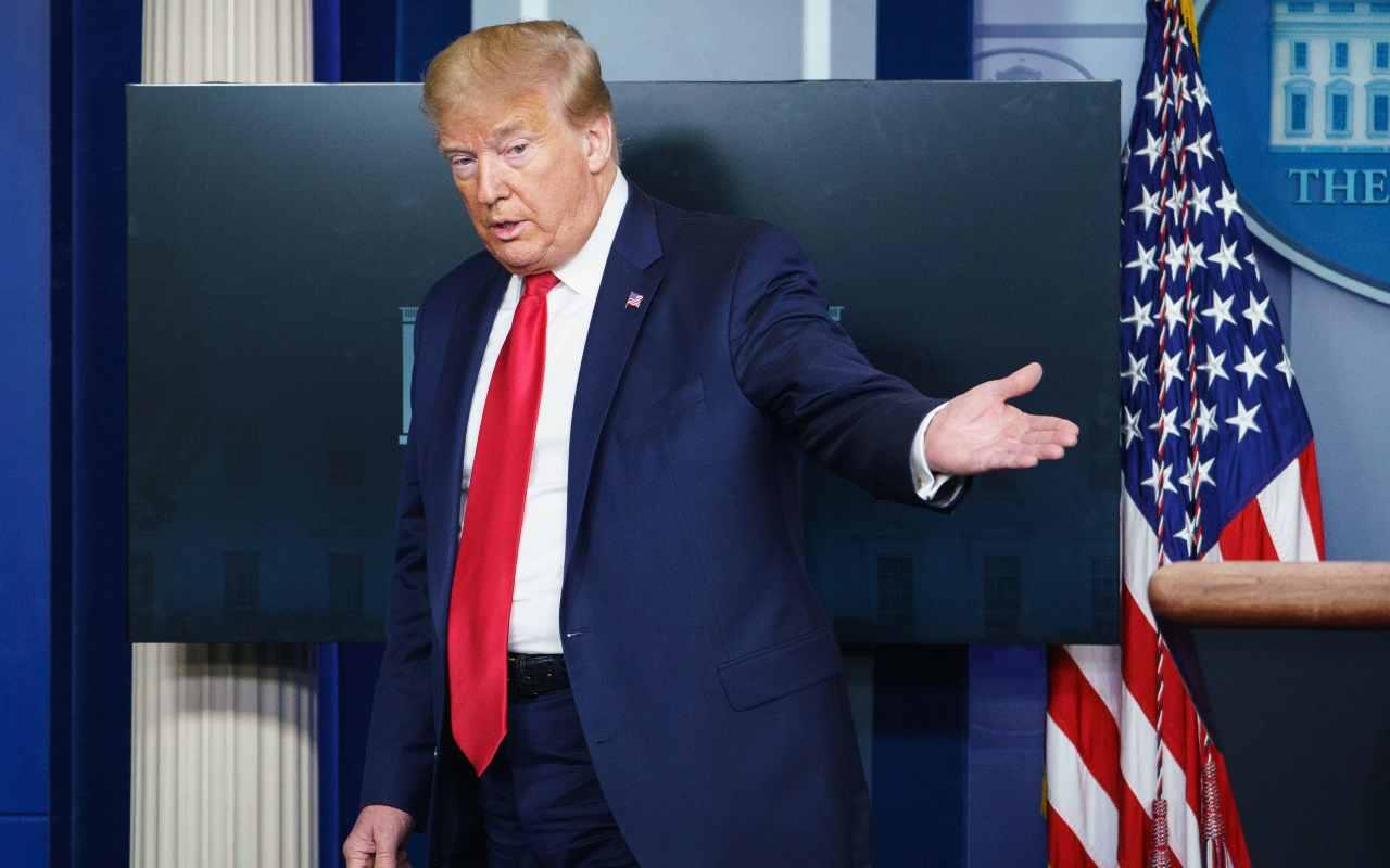 Spari fuori dalla Casa Bianca, Trump scortato fuori dalla sala stampa dal Secret Service. E lui esce ostentando sicurezza