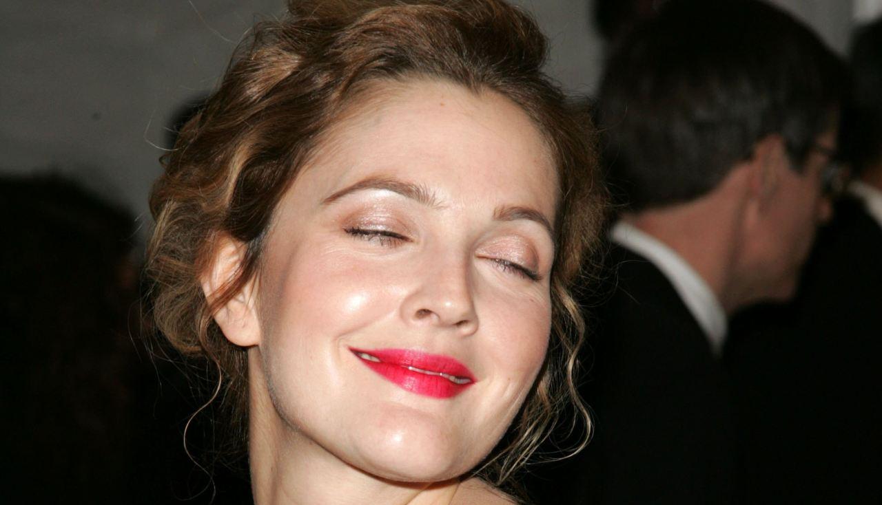 """Drew Barrymore, il rimprovero del padrino Steven Spielberg: """"Copriti!"""""""