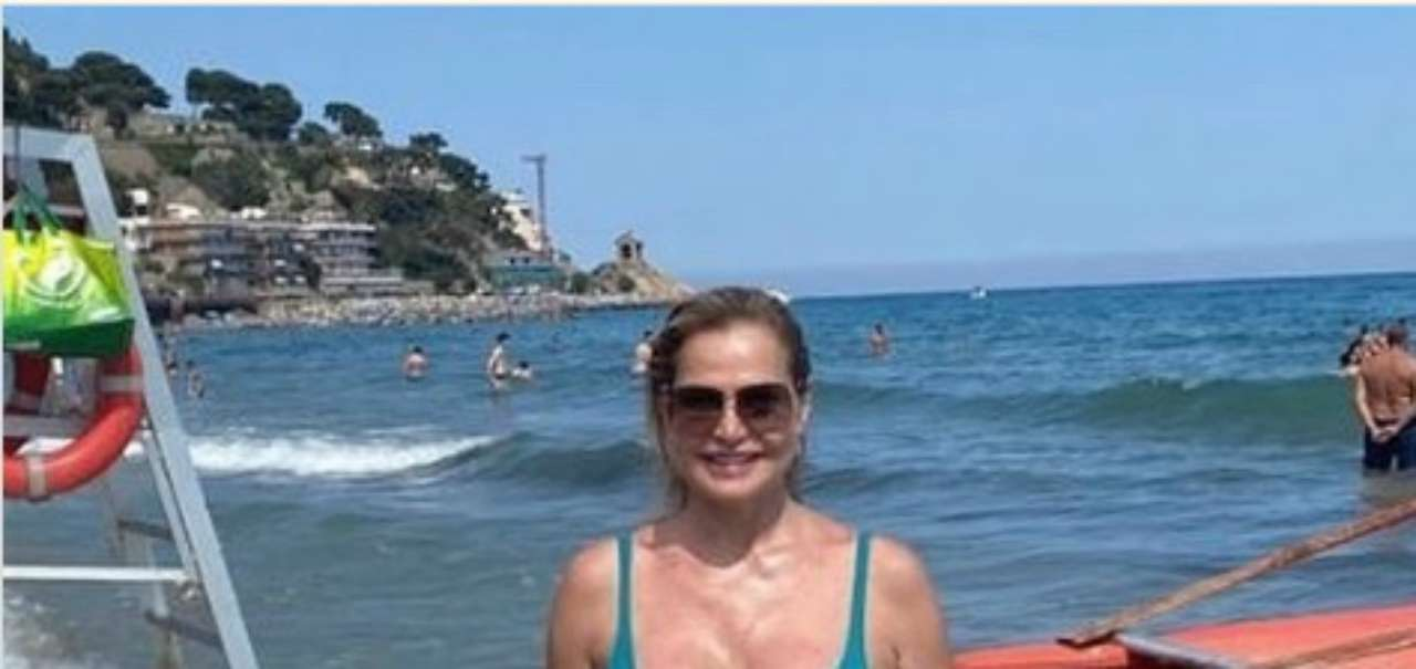 Simona Ventura in vacanza: il bikini mostra un fisico super