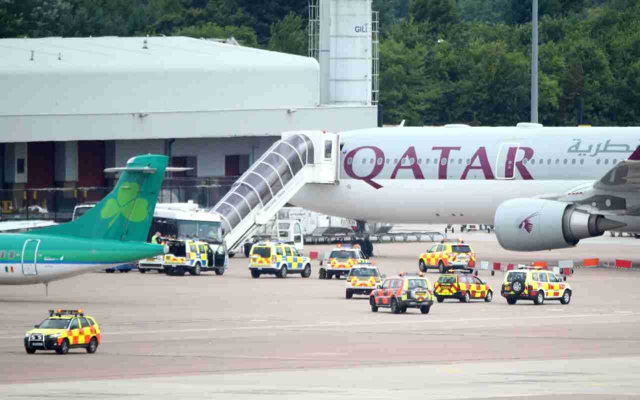 Paura sul volo Doha-Atene: 12 Covid positivi, Grecia sospende i voli