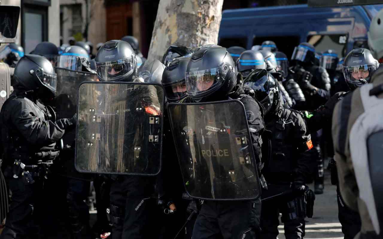Allarme a Parigi, uomo armato alla Defense: chiuse tutte le stazioni delle metropolitane