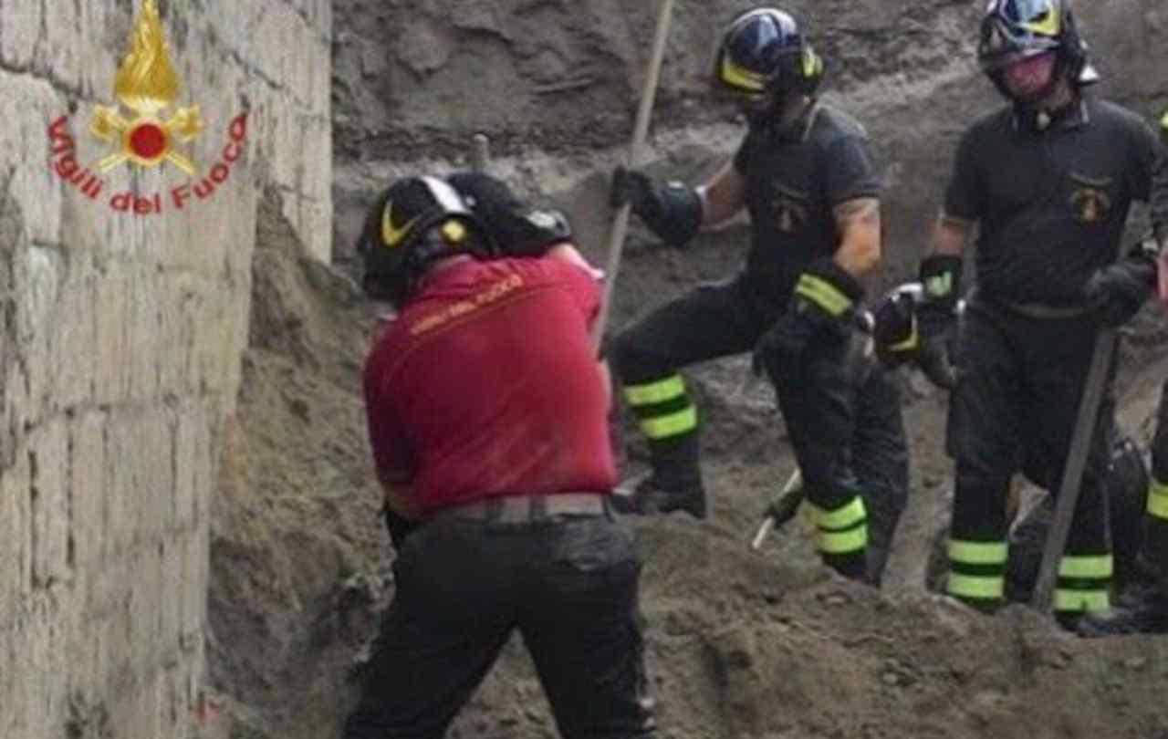 Napoli, crolla solaio di un edificio: due morti. Indagini in corso