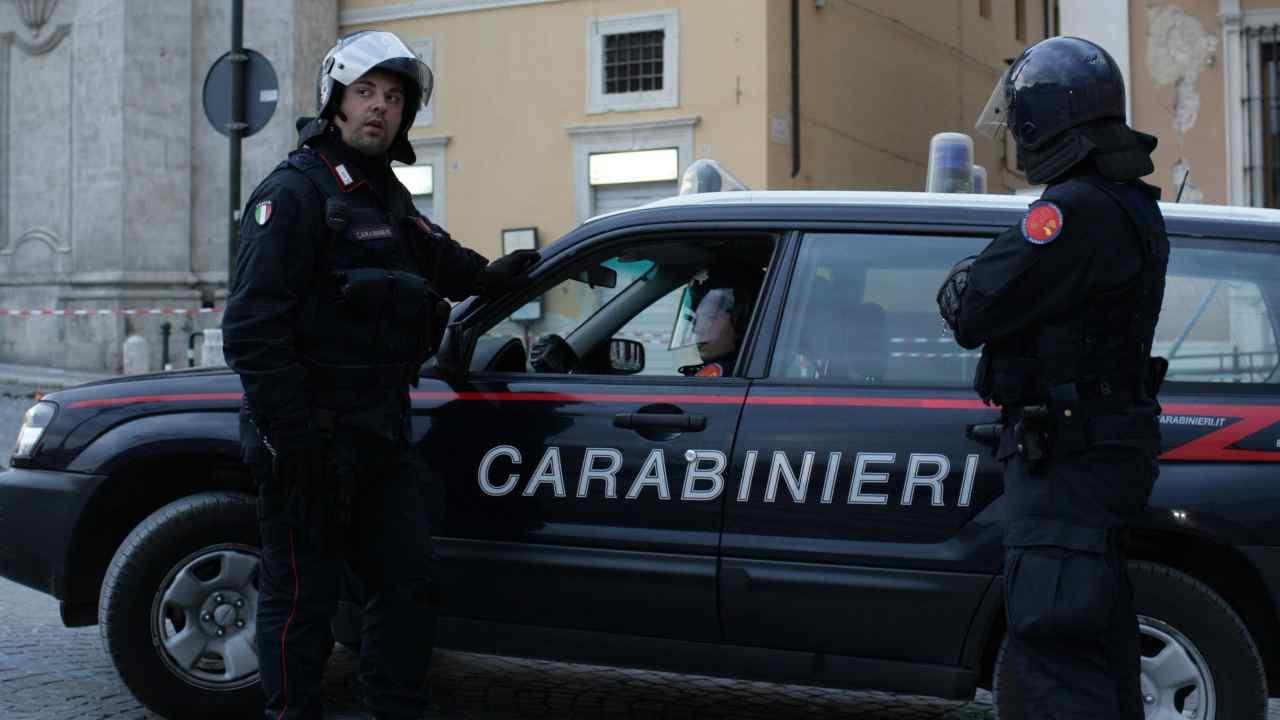 Ladro entra in casa e cade dal secondo piano, tragedia a Vercelli