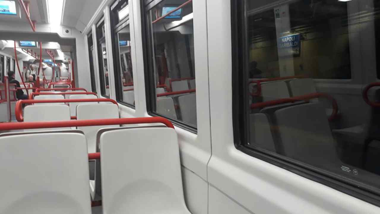 Circumvesuviana, si masturba sul treno davanti a passeggeri