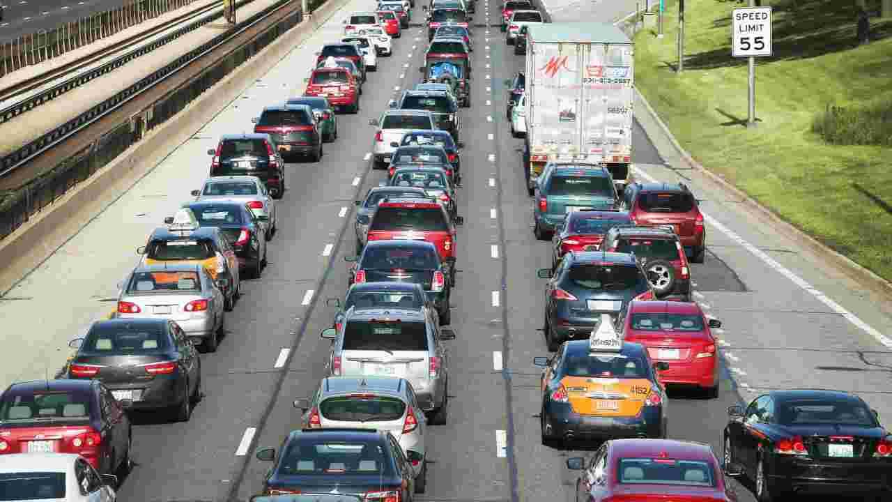 Incidente sulla A1, scontro tra mezzo pesante e moto: un morto ed un ferito