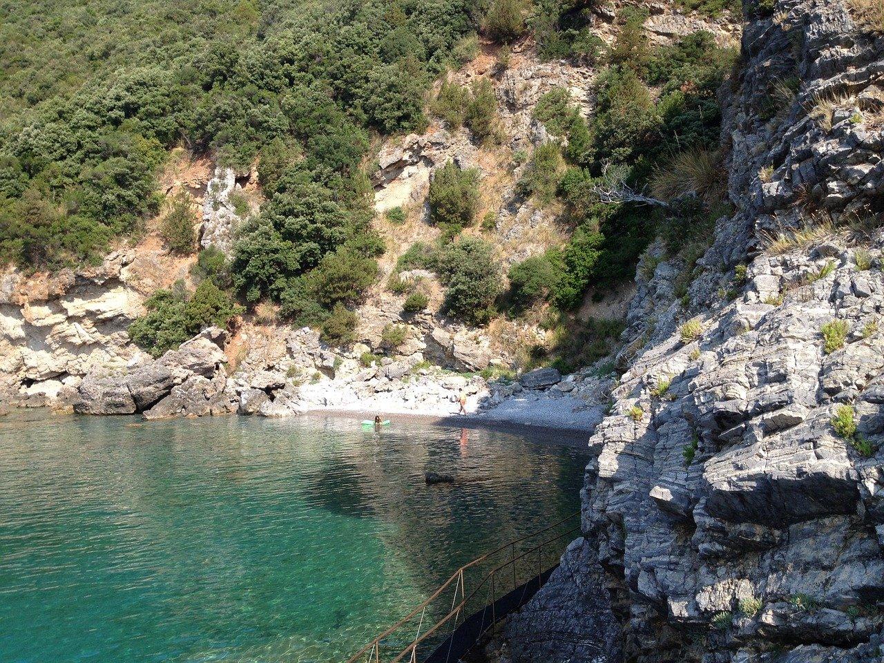 Vacanze low cost per Wanda Nara? Relax e birra in piscina a Parigi