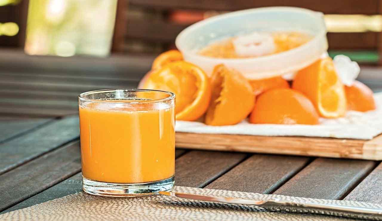 Ciambella all'arancia: un dolce soffice per colazione! La ri