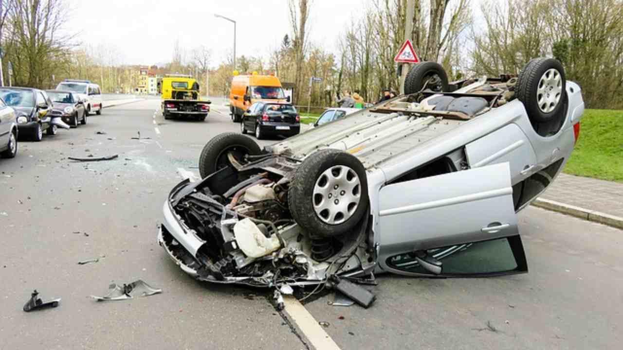 Si schianta con la moto contro un'auto e cade nel tombino delle fognature: il video dell'incidente