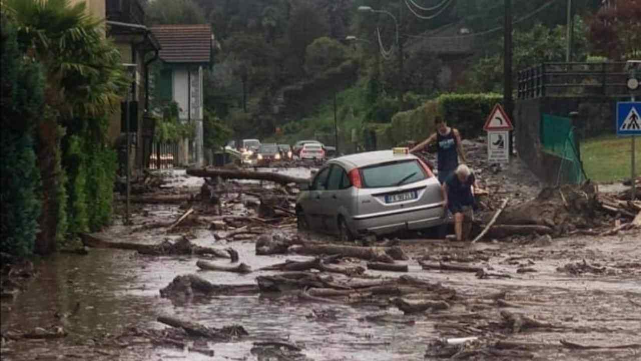 Maltempo Piemonte, rio esonda a Bistagno: 9 operai bloccati dalla piena, 2 trascinati via dalla corrente [VIDEO]
