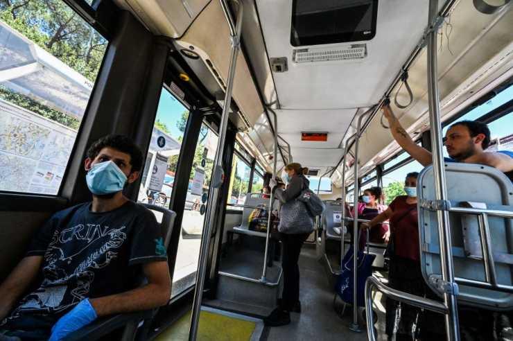 Bologna, autista picchiato sul bus da due ragazzi: Carabinieri chiamati da una passeggera