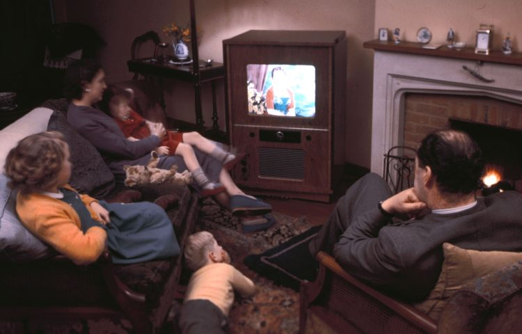 Famiglia riunita davanti alla Tv a Natale