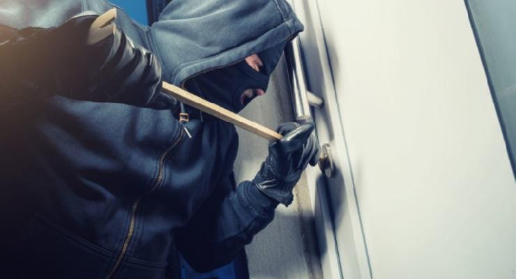 ladri entrano in casa