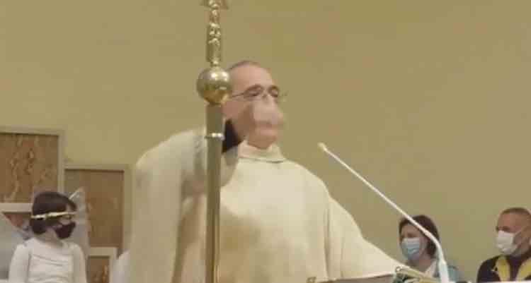 prete messa natale predica vino