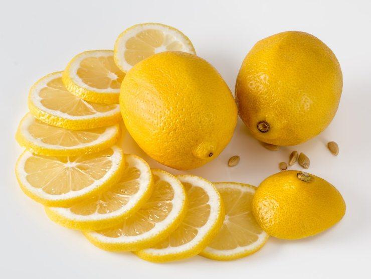 limone tagliato a fette
