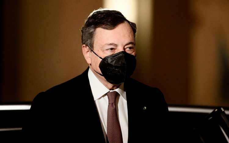 Mario Draghi con la mascherina