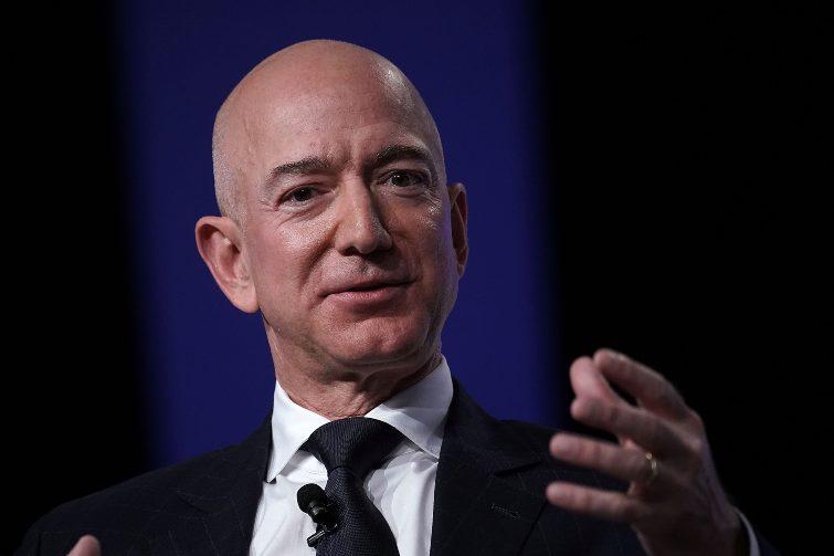 Jeff Bezos mentre gesticola