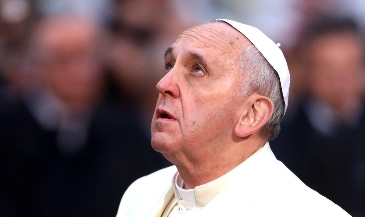 Papa Francesco guarda in alto
