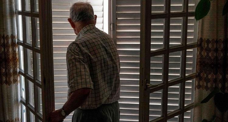 Anziano alla finestra