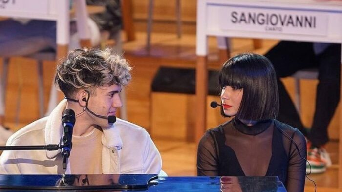 Martina e Aka7even al pianoforte