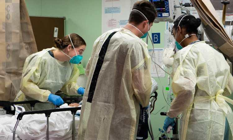 professionisti del settore sanitario lavorano