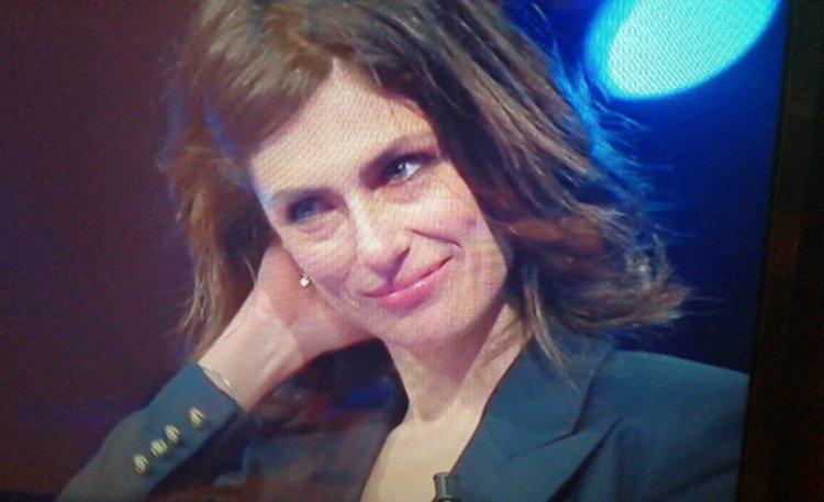 Anna Valle in lacrime a Canzone Segreta