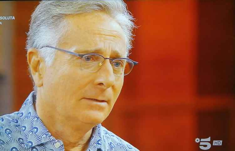 Paolo Bonolis ascolta il concorrente ad Avanti un Altro