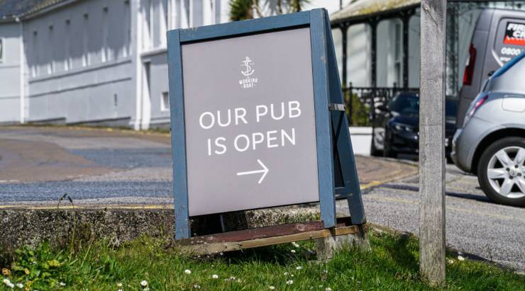 Cartello riapertura di un pub