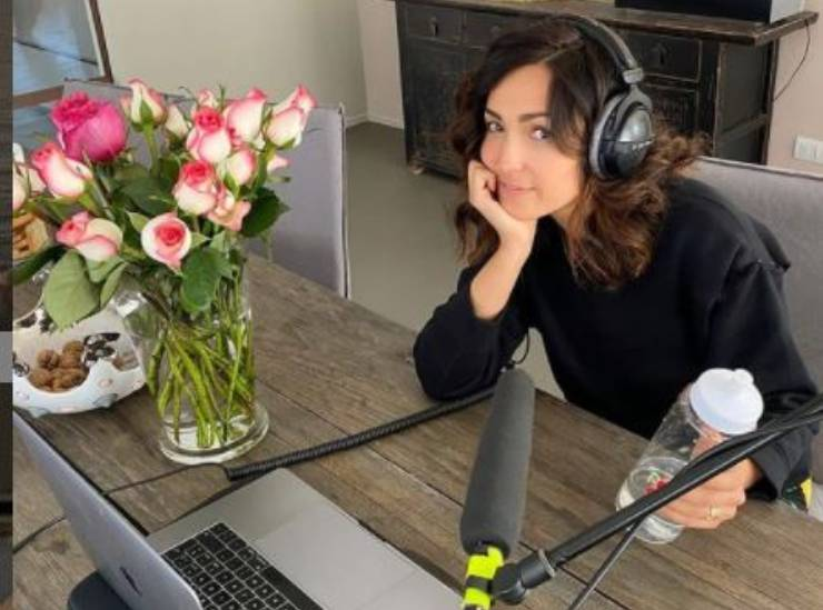 Caterina a lavoro con i podcast