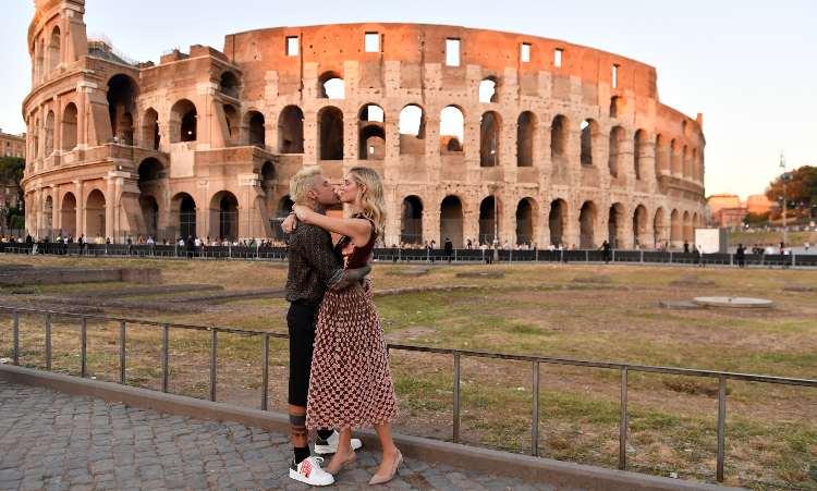 Chiara Ferragni e Fedez bacio al Colosseo