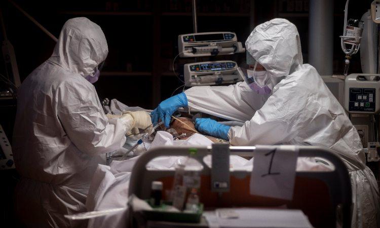 Professionisti del settore sanitario impegnati nell'emergenza Covid