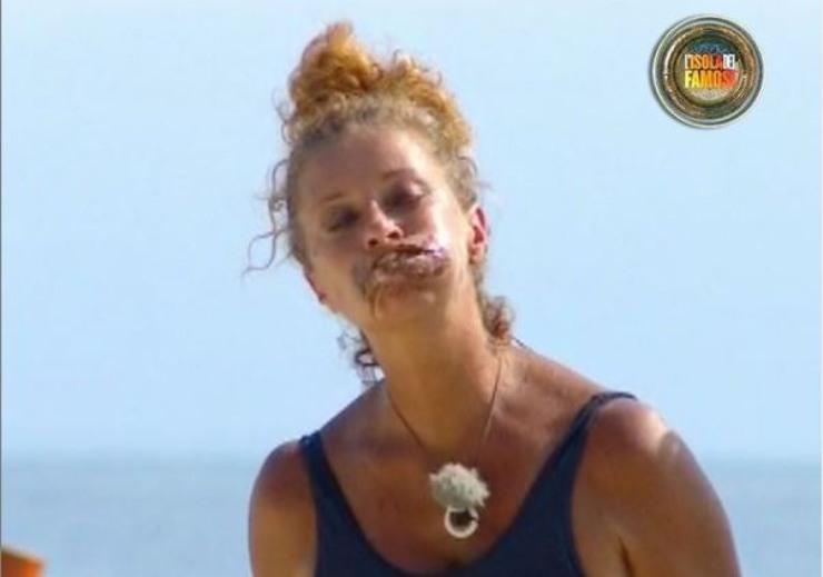 Valentina mangia con ingordigia la sua ricompensa
