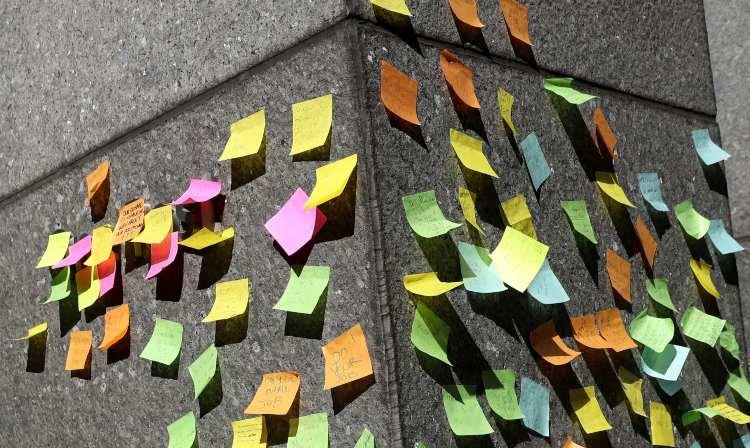 Alcuni _Post it_ attaccati al muro