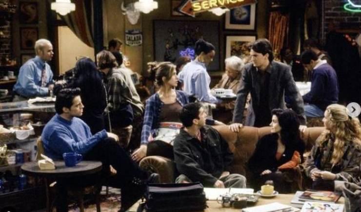 Gli attori di Friends al bar
