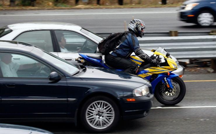 Auto e moto in strada