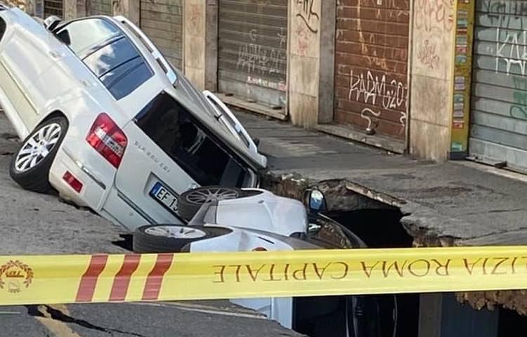 Auto nella voragine, Roma