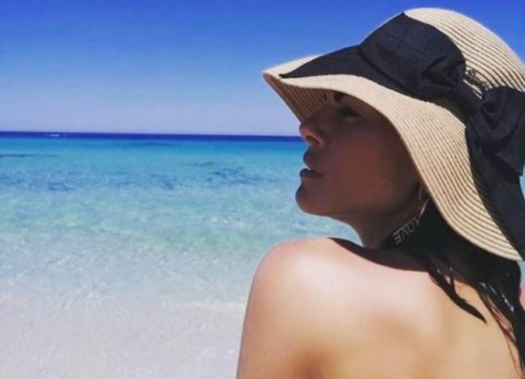 Bianca in riva al mare