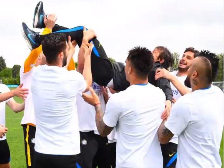 I calciatori festeggiano lo scudetto