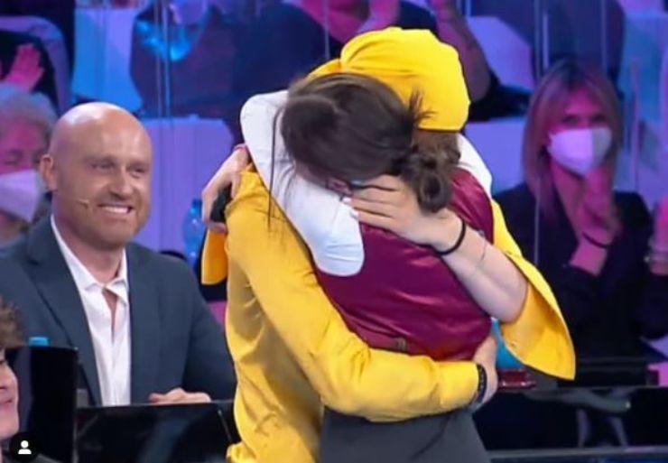 L'abbraccio di Giulia e Sangio in semifinale