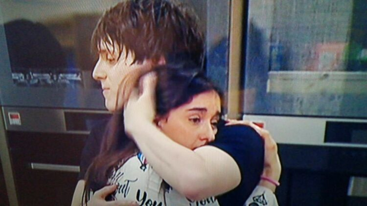 Samuele abbraccia Giulia a Amici 20