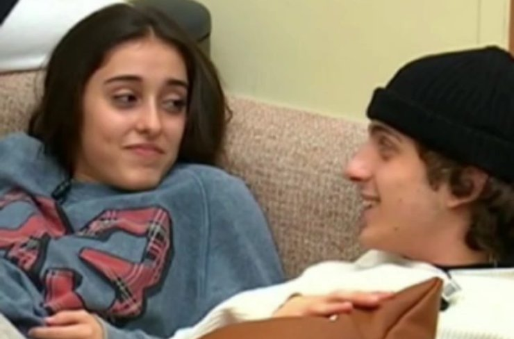 Giulia e Sangiovanni sul divano