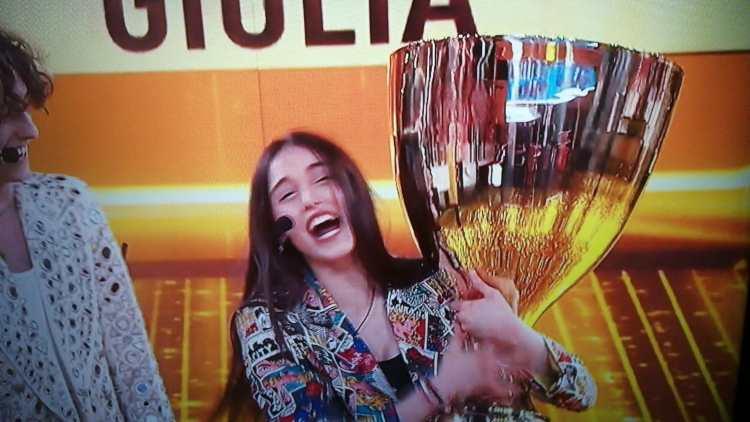 Giulia solleva la coppa di Amici 20