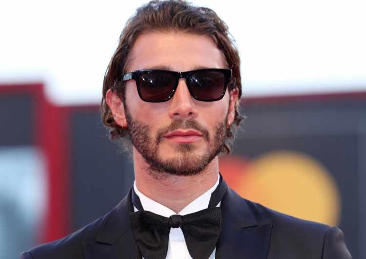 Stefano De Martino con gli occhiali
