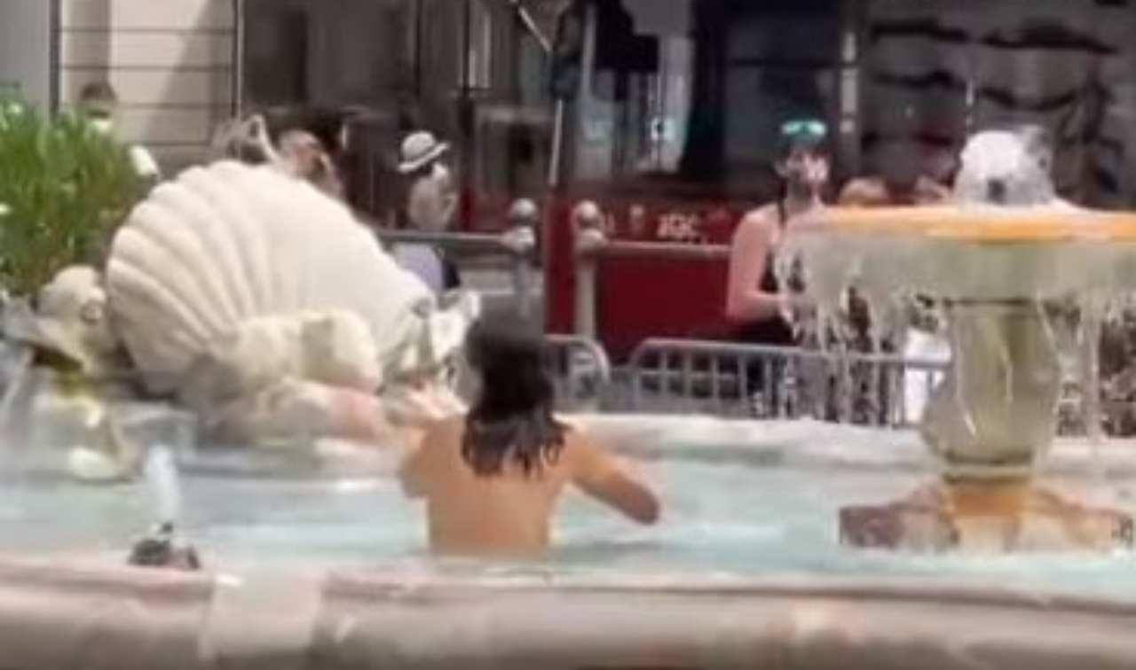 Donna nuda nella fontana di Piazza Colonna